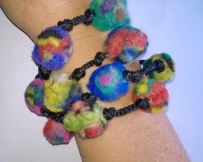 collar-bolitas-de-fieltro-multicolores-collar