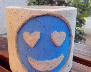 maceta-cemento-con-emoticon-azul-maceta