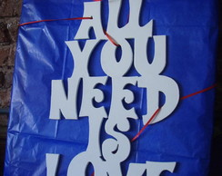 frases hechas realidad- cartel en madera _all you need is love