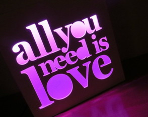 velador-led-all-you-need-is-love-laito-luz-de-noche